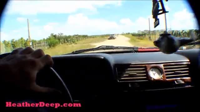สาวใหญ่ใจกล้าโบกรถข้างทางหนุ่มคนขับขอให้โชว์ xxx แลกกับการขับรถไปส่ง
