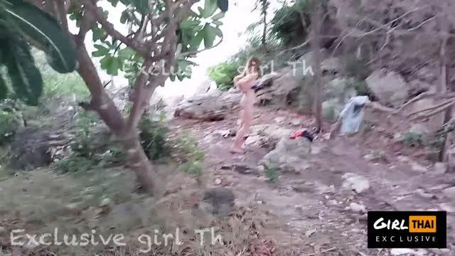 คลิปหลุดอัพเดทใหม่ สาวไทยสวยไปถ่ายแบบสยิวกับช่างภาพริมทะเล แก้ผ้าเดินว่อนหาด ก่อนเจอตากล้องขอเย็ดพากันไปบนเขาเอาหีกันแบบเอาท์ดอร์ ยืนเย็ดท่าหมาเอาสดกันแบบวิวทะเล