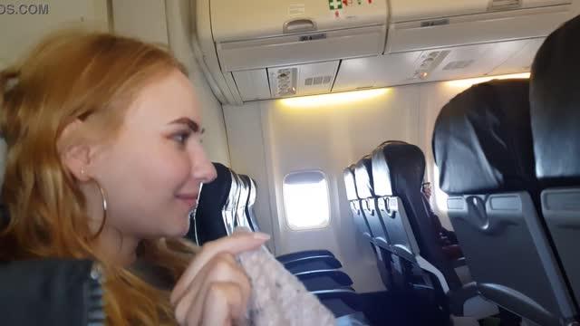 หนังxxx เที่ยวบินเซ็ก คู่รักใจกล้า ถ่ายคลิปให้แฟนโม๊กควยบนเครื่องบิน จนเสร็จแตกคาปาก porn