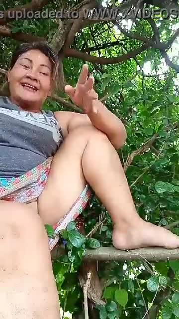 ตั้งกล้องโชว์หีลงกลุ่มบนต้นไม้ ยอมเขาเลย อวบๆหีขาวๆ อยากเสียว คลิก!!