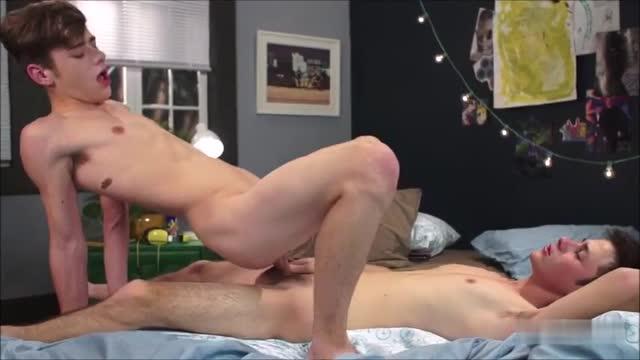 คลิปเกย์เอากัน Gay Twinks playing เกย์วัยรุ่นฝรั่งเย็ดกันในห้อง