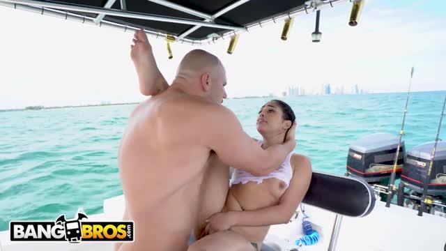 BANGBROS หนังเอ็กดูออนไลน์ ชวนสาวมาเดทเย็ดหีกลางทะเล เหมาสปีดโบ๊ทออกจากฝั่งมาเย็ดไกลๆ ซอยหีกลางแจ้งครางดังลั่นมาก
