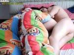 เย็ดกับผัวไม่แคร์เพื่อนที่นอนอยู่ข้าง ๆ เลยเตียงสะเทือนไปหมด