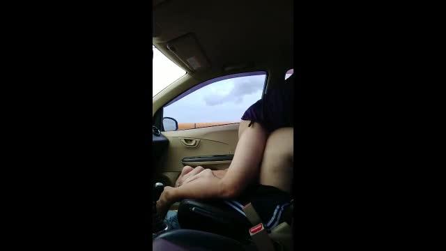 จอดรถเย็ดกับเมียข้างถนนเมียโก่งตูดให้เลียหีก่อนจับกระแทกท่าหมาจนรถขย่ม