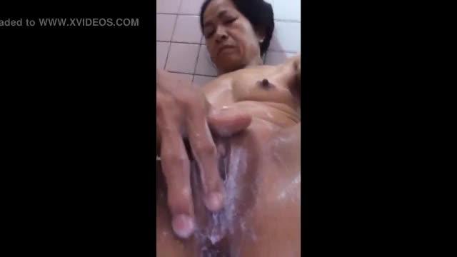คลิปสาวใหญ่ทางบ้านเบ็ดหีช่วยตัวเองในห้องน้ำของยังน่าเย็ดอยู่เลยครับป้า