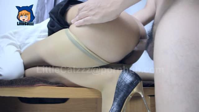 เย็ดสาวออฟฟิศ Pornhub THAI18+ เลิกงานกลับมาเงี่ยนจัด เลยจับผัวโม๊กควย รองเท้ายังไม่ทันถอด โดนถกถุงน่องเอาหีท่าหมา กระแทกรัวรูหีจนน้ำแตกคาแก้มก้น