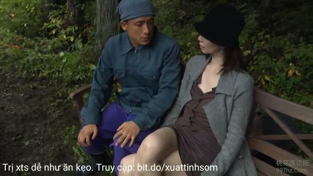 JAV XXX หนังโป๊ญี่ปุ่นดูฟรี สาวใหญ่ขี้เงี่ยนมานั่งอ่อยหนุ่มจนโดนรุมเย็ดหี เอาควยกระแทกจนน้ำเงี่ยนแตก
