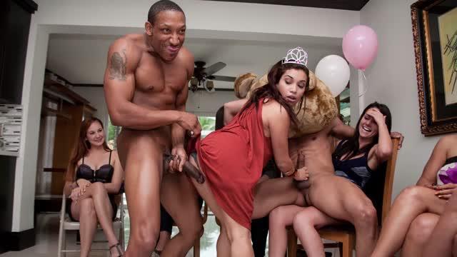 หนังxปาร์ตี้ งานสละโสดของผู้หญิงในอเมริกาช้างนักเต้นกล้ามให้ มาให้แขกในงานเย็ด