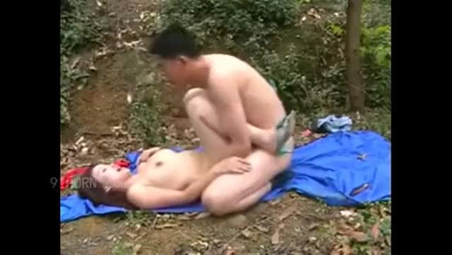 คลิปหลุด! พาเมียสาวมาเล่นสวิงกับเพื่อนกลางป่า