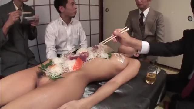 คลิปญี่ปุ่นเย็ดหีพิธีกรคาหน้าร้านโชว์ไม่แคร์สายตาคนเลยผมสั้นๆน่ารักๆเย็ดสุดมันส์รุมกระแทกมันส์ควยมาก