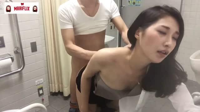 clipโป๊น้อง MARI วัยรุ่นญี่ปุ่นหุ่นบางเอวดี แหกหีเขี่ยโชว์ ก่อนคู่ขามาหาแล้วจับเย็ดกันในห้องน้ำสาธารณะ โม๊กควยเสร็จโดนเย็ดสดท่าหมาคาชุด