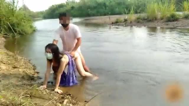 ดูหนังโป๊สาวไทยบ้านไฟแรงเงี่ยนจัดแก้ผ้าเย็ดกับหนุ่มใหญ่กลางแม่น้ำตอนสายๆ
