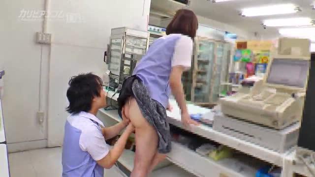พนักงานร้านหนังสือชายหญิง แอบเล่นเสียวเย็ดหีกันคาร้าน ตอนที่ไม่ค่อยมีลูกค้า