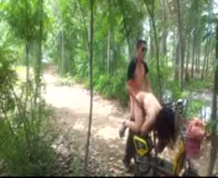 คลิปโป๊ไทยแอบชวนเมียเพื่อนมาเย็ดกันกลางป่าแล้วอัดคลิปเล่นๆอย่างเด็ดจัดท่าหมาเสียวหีไปที