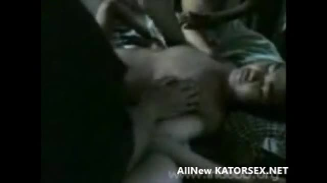 คลิปโป๊ลงแขก หีวัยรุ่น หนุ่มไทบ้าน พาสาวมารุมเย็ดหีที่กระท่อม จับแก้ผ้าอ้าหีเอาควยเสียบกระเด้าเย็ดครางลั้น