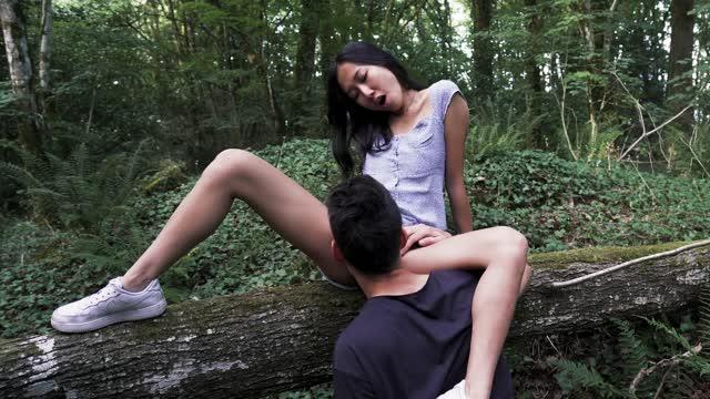 หนังโป๊เอเชีย สาวสวยโดนพามาเย็ดหีในป่า จับกระแทกใส่ขอนไม้ ควยเข้าลึกแบบสุดๆ