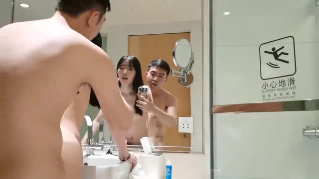 ดูคลิบโป๊จีน XXX เมียกำลังอาบน้ำแต่งตัวอยู่ ผัวเงี่ยนควยรีบเข้าชาร์จใส่จากข้างหลังเลย สาวจีนหีขาวมาก ยิ่งดูยิ่งเงี่ยน
