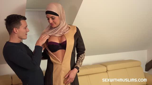 สาวสวยมุสลิมร่างเล็ก น่าเย็ดสุดๆ เลียเก่ง โดนเย็ดหีน้ำกระจาย