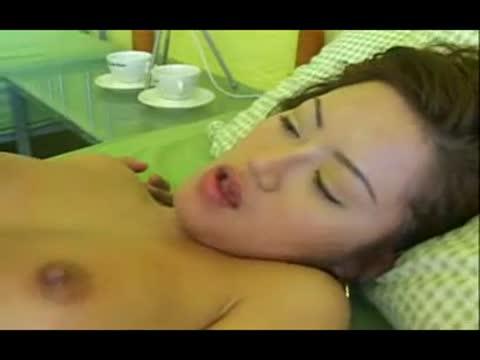 หนังxไทย โสรญา สาวไทยเล่นหนังโป๊ อมควยเก่งมาก เสียวจนน้ำแทบแตกเลย แถมยังโยกควยให้อีกต่างหาก