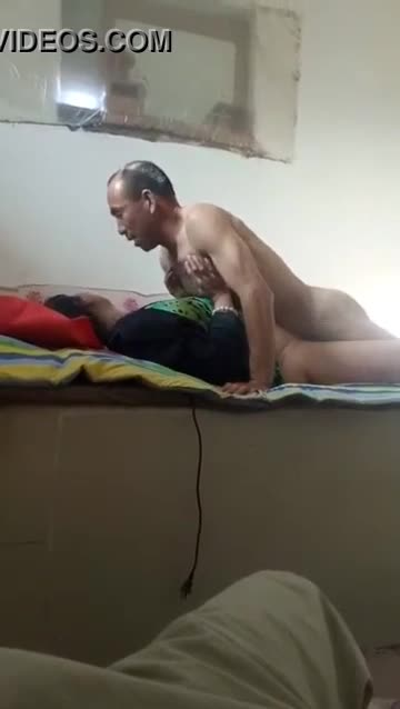 คลิปโป๊จีน หนุ่มใหญ่นั่งถ่ายคลิปดูเพื่อนเย็ดเมียตัวเองอย่างหื่น แบ่งเมียให้เพื่อนเย็ดใจกว้างกว่าแม่น้ำฮวงโฮ