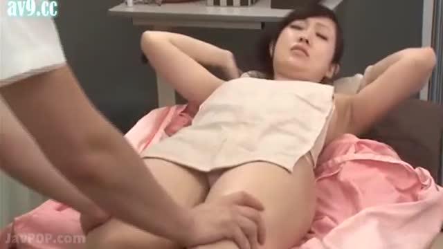หนังโป้ญี่ปุ่น พาเมียมานวดผ่อนคลายผัวโดนหมอเย็ดซะงั้น โอ้ยย ฟินเลยเมียกู