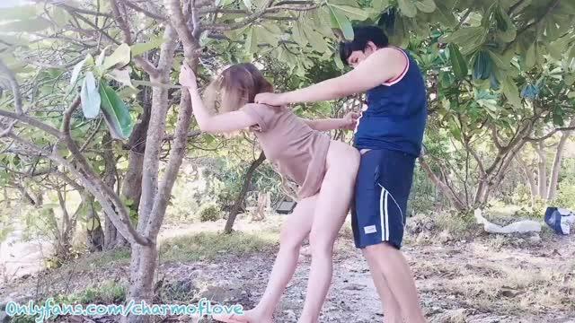 คลิปหลุด เอ้าท์ดอร์ Charm Of Love หนุ่มไทยพาสาวไฮโซมาเย็ดหีกลางแจ้งแบบวิวหลักล้านริมทะเล จัดท่าให้ยืนเกาะต้นไม้แล้วใส่หีจากข้างหลังxxxxจนหีแทบพัง ครางดังลั่นเลย
