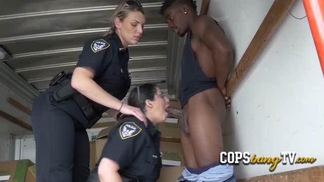 สองตำรวจสาวจับคนร้ายผิวสีได้ สุดท้ายสอบไปสอบมา เย็ดกันซะงั้น สวิงกิ้งเลย 2-1