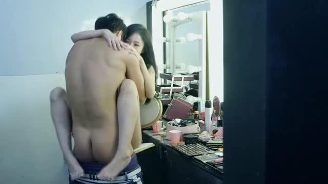 หนังโป๊เกาหลี แฟนหนุ่มเย็ดเมียในห้องแต่งตัว ซีนนี้โคตรได้อารมณ์เลย ฉากเอามือล้วงหีแม่งโคตรเด็ด