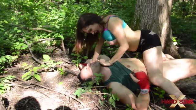 ดูคลิปโป๊ฝรังสาวสวยไฟแรงล่อมันลากหนุ่มใหญ่หัวล้านไปเย็ดกันในป่าใต้ต้นไม้ใหญ่