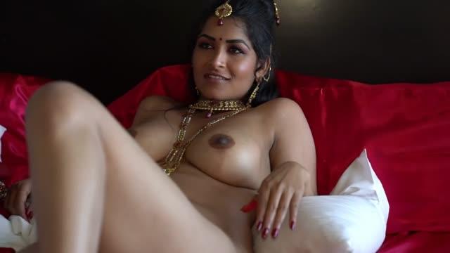 ดูหนังโป๊คู่รักอินเดีย เพิ่งแต่งงาน เลยจัดค่าชุดพื้นบ้าน เลียหีดมอย่างฟิม แล้วแหวกขาจับเสียบxxxxสดกระแทกแรงๆเอามิดดด้ามแตกในเลย