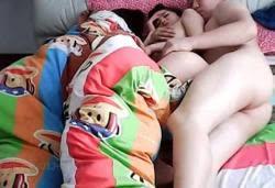 คลิปหลุดหนุ่มสาวจีนเย็ดกันไม่สนใจรูมเมทร่วมห้องที่นอนอยู่ข้างๆ