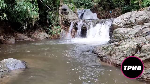 หนังโป๊ไทย ถ่ายเมียลงไปเล่นน้ำตกกลางป่า นครนายก แก้ผ้าเล่นน้ำอยู่คนเดียว ขาวจั๋ยวเลย