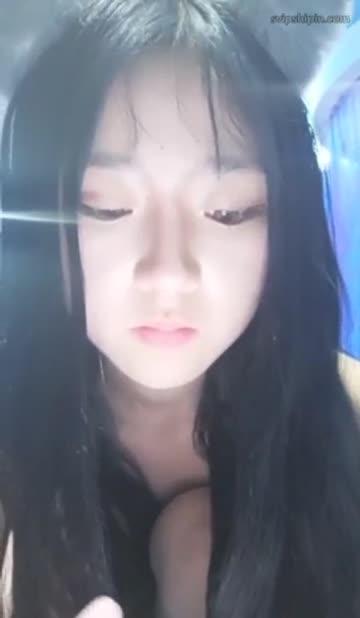 สาวจีนอย่างน่ารักมานั่งเงี่ยนหน้ากล้องเล่นหีช่วยตัวเองให้น้ำหีแตกเล่นๆซะงั้น